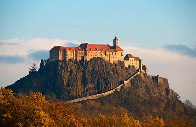 Из парка динозавров можно поехать всей семьей в известную крепость Ригерсбург. Ригерсбург - это Штирия, оставшаяся такой, какой она была в 1690 году. С одиннадцатью укреплениями и шестью воротами. Но в те времена недостаточно было быть самой сильной опорой в ограде империи. Тем не менее Монтокуколле назвал Ригерсбург самой сильной крепостью в цепи крепостей, а это обязывало блистать во всем своем великолепии.  Отведать шоколад Zotter – исключительное удовольствие. А посетить фабрику Zotter в Граце, где производятся органические сладости, - это не менее вкусное приключение. Шоколадные плитки Zotter стали культовыми среди поклонников, которые жаждут оригинальных творений этого бренда: кремовое наполнение из овечьего молока, гвоздики и груши или ягод асаи, а также ласси из ананаса и манго покрывает темный шоколад, произведенный по правилам честной и справедливой торговли. Фабрика занимает 5500 квадратных метров, и вы можете побывать там, не переживая за детей и не опасаясь встретить персонажа из «Чарли и шоколадной фабрики».   Путешествие между великолепием и скромностью завершается хмельным весельем в Штрийской винотеке Святой Анны. Где вас проведут в увлекательную экскурсию по винным погребам и дегустационным залам.